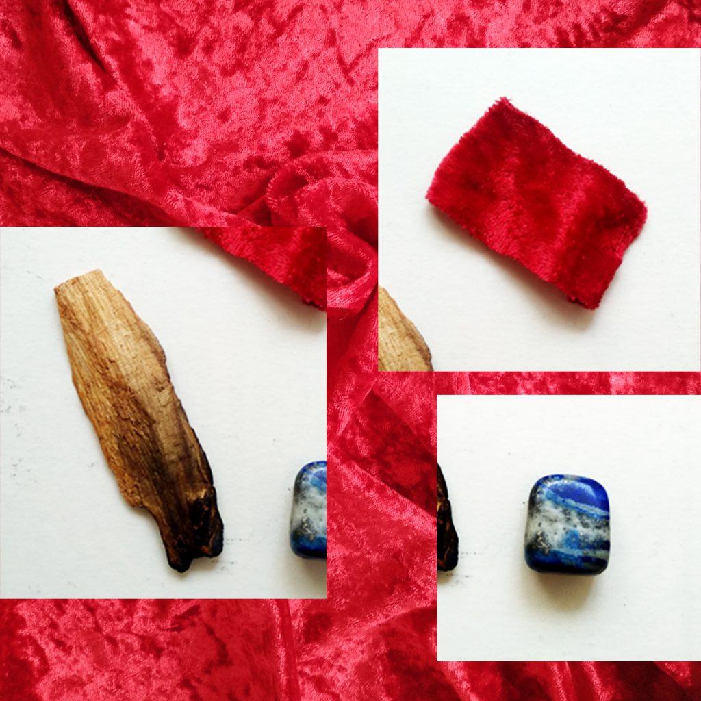 La imagen muestra un collage de tres amuletos (una rama de palosanto, un trozo de tela roja y una piedra lapislázuli) sobre un fondo de terciopelo rojo.