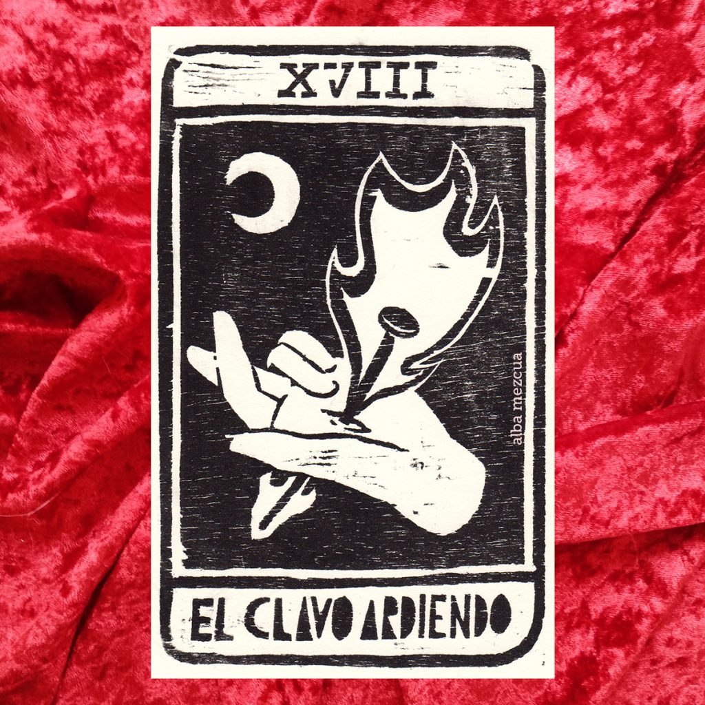 """Carta del tarot correspondiente al arcano mayor de La Luna. En la parte superior se muestra un dieciocho en números romanos (letras XVIII mayúsculas). La parte central contiene la ilustración. Una mano con la palma hacia arriba es atravesada por un clavo ardiendo. Los dedos índice y corazón están cruzados. En la parte superior aparece una luna. Abajo el nombre de la carta es """"El clavo ardiendo""""."""