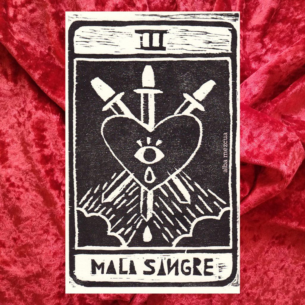 """Carta del tarot correspondiente al tres de espadas. En la parte superior se muestra un tres en números romanos (tres letras I mayúsculas). La parte central contiene la ilustración. Un corazón con un ojo que llora es atravesado por tres espadas. Desde las esquinas inferiores, dos nubes """"llueven"""" en dirección al corazón. Abajo el nombre de la carta es """"Mala sangre""""."""