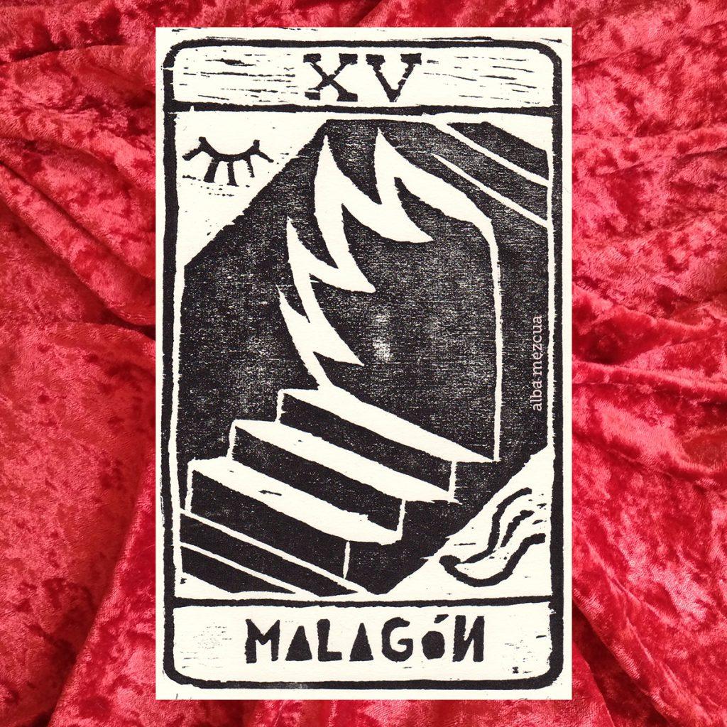 """Carta del tarot correspondiente al arcano mayor de El Diablo. En la parte superior se muestra un quince en números romanos (letras XV mayúsculas). La parte central contiene la ilustración. Unas escaleras conducen a una puerta de la que salen llamaradas de fuego. En la esquina superior izquierda hay un ojo cerrado. En la esquina inferior derecha, una lengua que se asemeja a la de una representación medieval del diablo. Abajo el nombre de la carta es """"Malagón""""."""