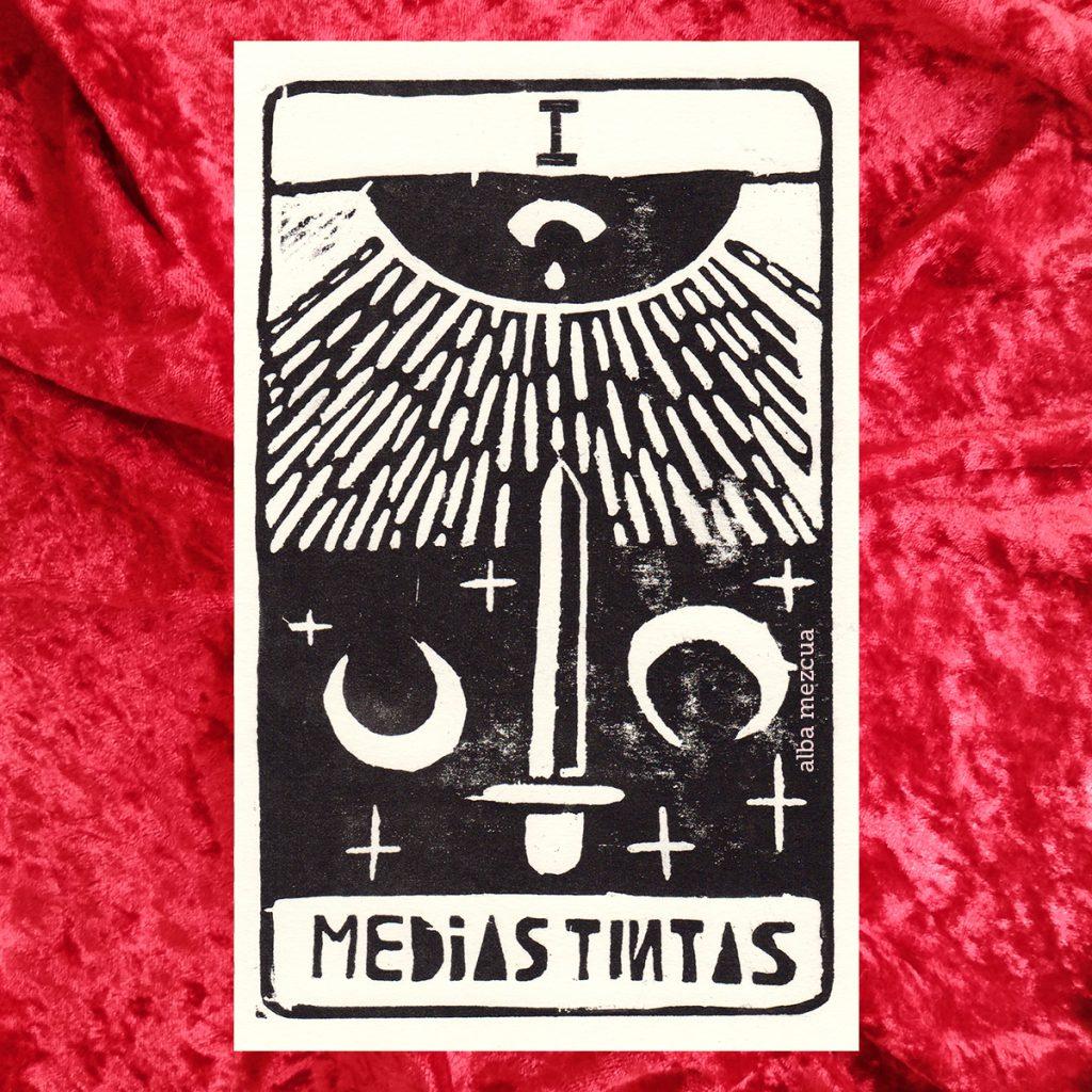 """Carta del tarot correspondiente al as de espadas. En la parte superior se muestra un uno en números romanos (letra I mayúscula). La parte central contiene la ilustración. Un sol con un ojo que llora, lanza sus rayos hacia abajo, donde hay una espada y dos lunas. Abajo el nombre de la carta es """"Medias tintas""""."""